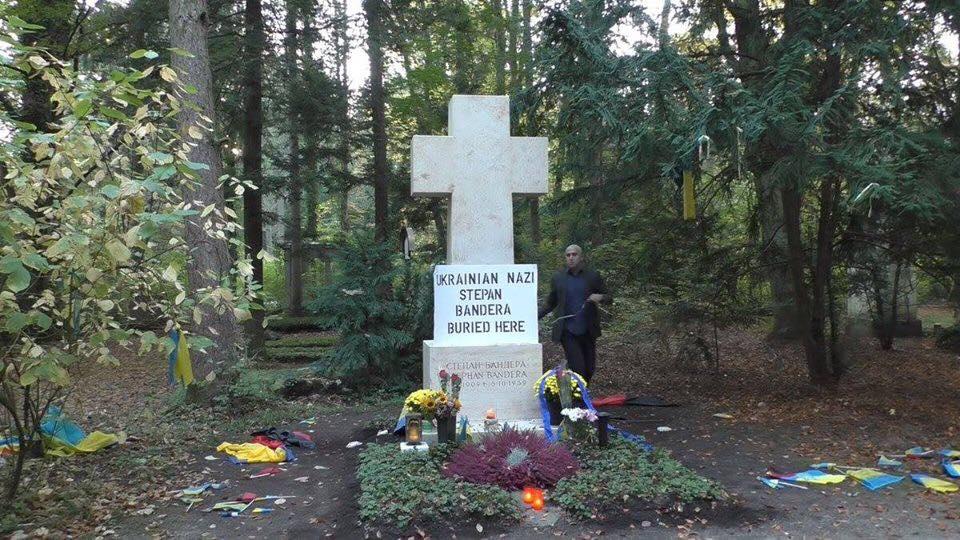 Филлипс осквернил могилу Бандеры