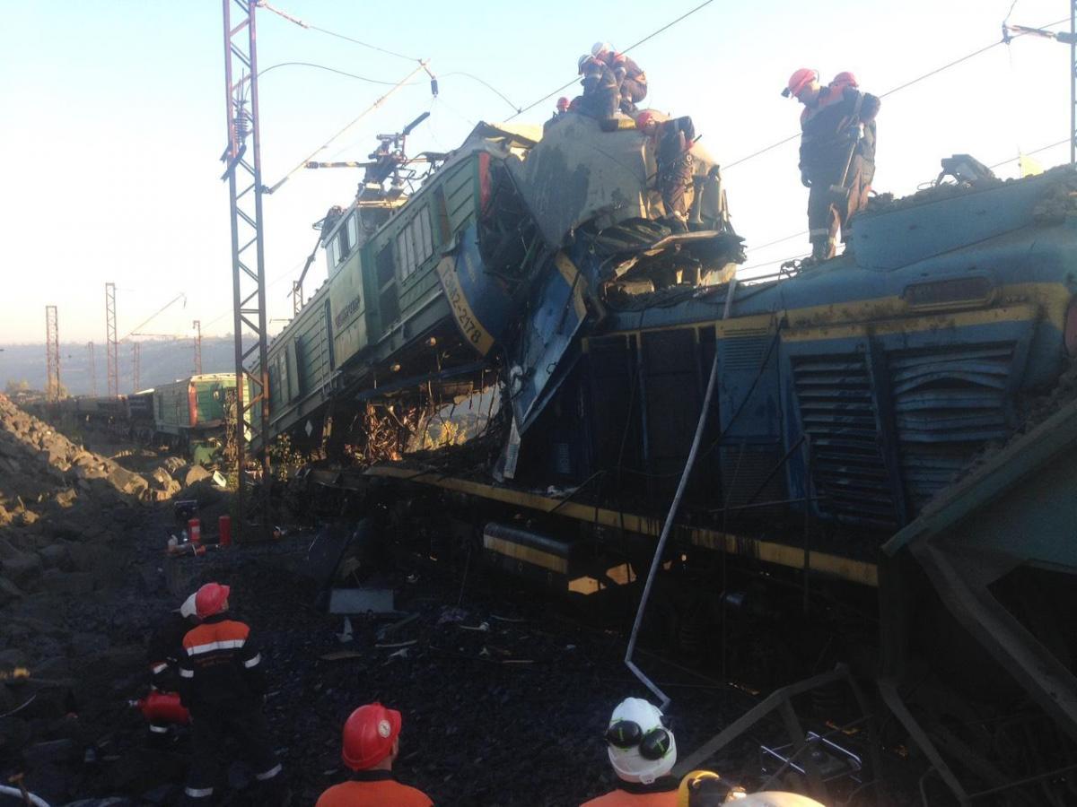 В Кривом Роге столкнулись два поезда, погибли три человека