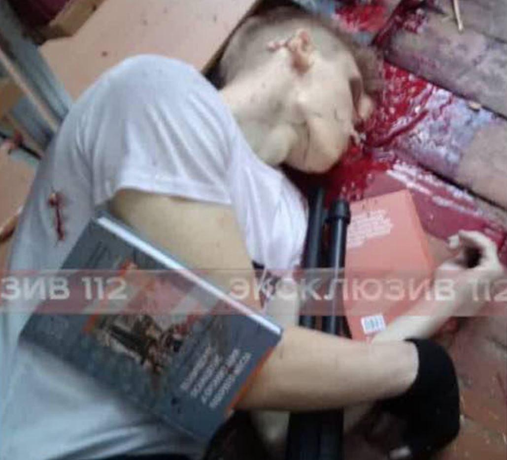 Тело покончившего с собой Рослякова в библиотеке политехнического колледжа в Керчи.