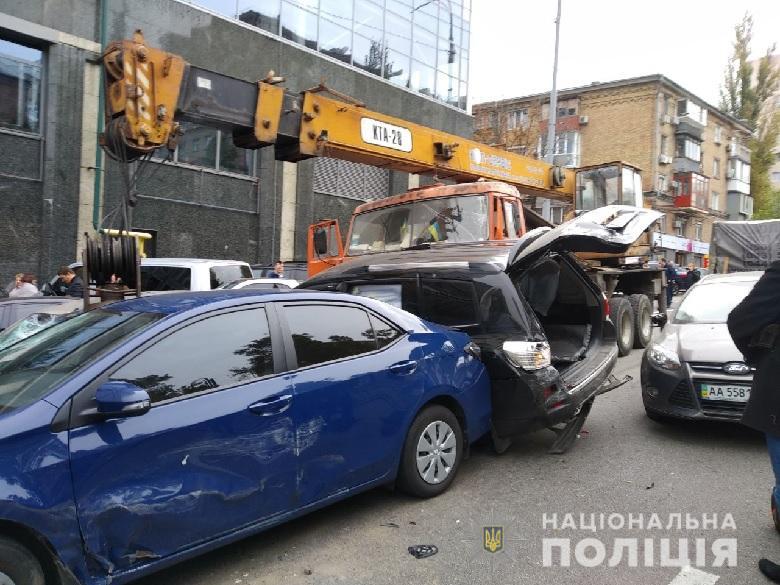 В Киеве на Печерске в аварии пострадали три человека, повреждены 19 авто