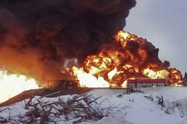 В российской Югре полыхает нефтебаза
