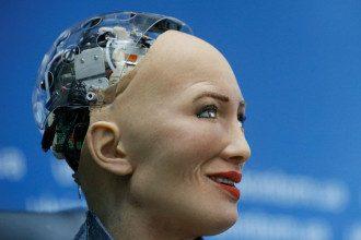Робот София четко говорит только на согласованные темы