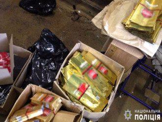 Поддельный кофе фасовался в упаковки известных брендов / Национальная полиция/ГУНП в Черновцах
