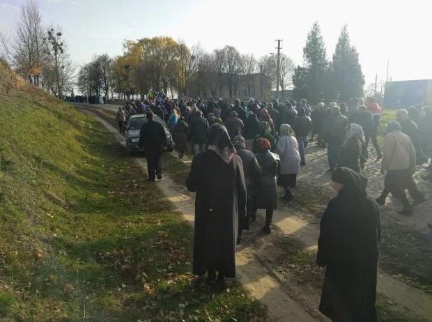 Проводить священника в последний путь собралось много людей