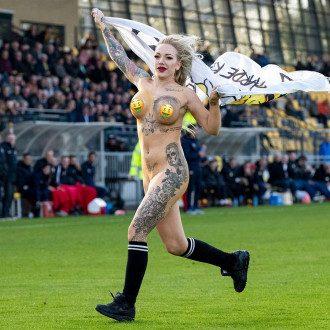 В Нидерландах девушка сорвала футбольный матч / @2deDivisie