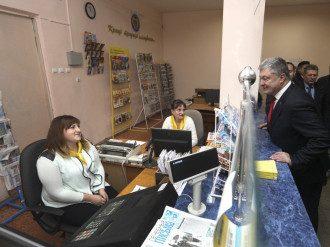 Порошенко пообещал, что сельских почтальонов не сократят / Фото: president.gov.ua