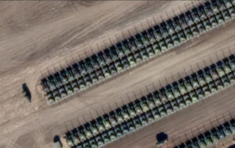 На снимках видны длинные ряды танков