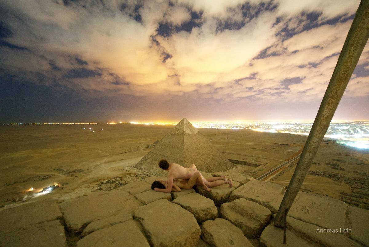 Фотограф устроил вечер секса на вершине пирамиды Хеопса: опубликован откровенный снимок