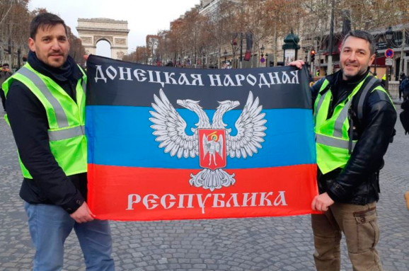 Активисты из РФ во Франции во время протестов