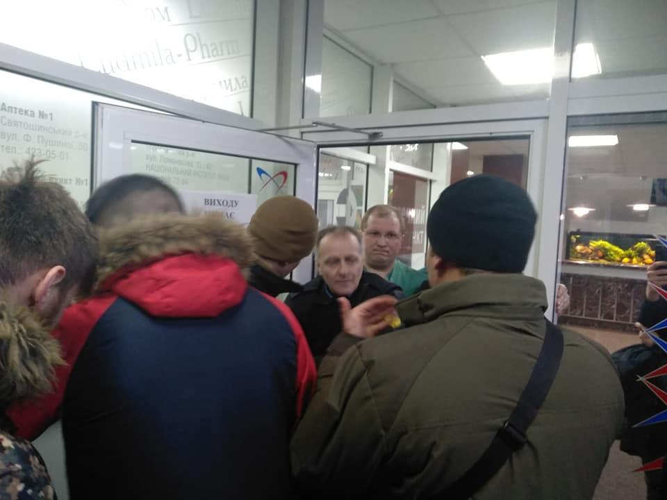 Активисты С14 пришли в Институт сердца