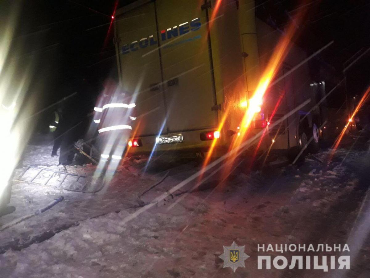 На Львовщине в результате столкновения международного автобуса и легковушки погибли четыре человека