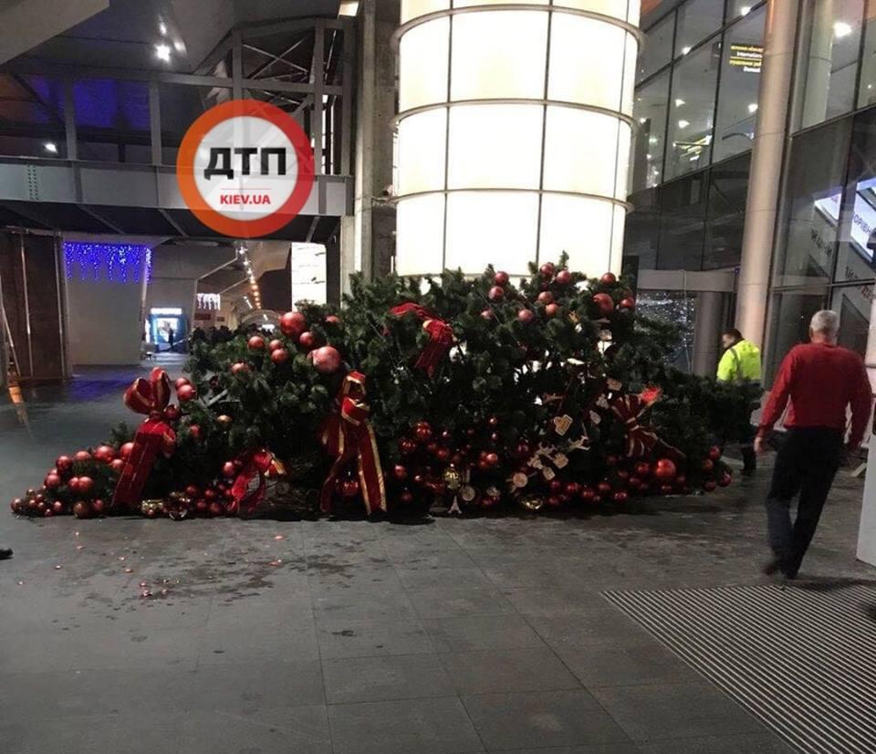 Ваэропорту Борисполь упала новогодняя елка сигрушками