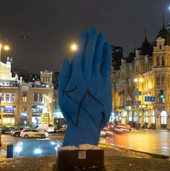 синяя рука_свастика