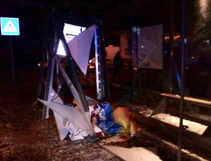 Во Львове авто BMW на остановке наехало на девушку, пострадавшая умерла