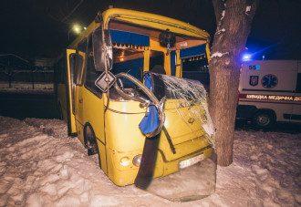 В Киеве маршрутка сбила пьяного человека, а потом врезалась в дерево