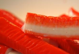 Названы вкуснейшие рецепты салата с крабовых палочек на Новый год