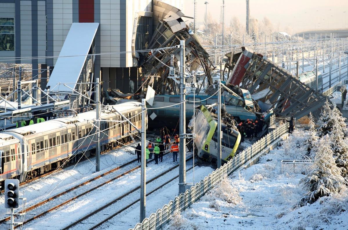 В результате крушения поезда в Турции погибли семь человек
