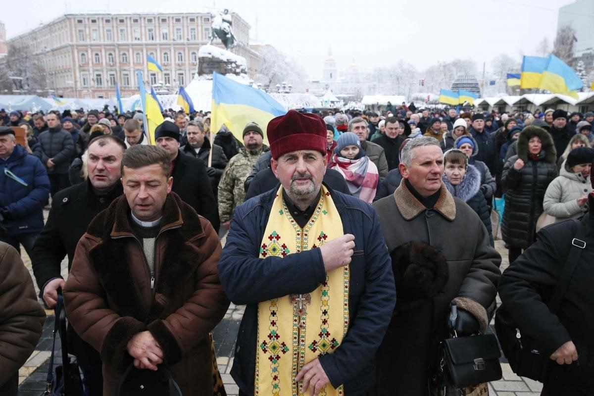 В Киеве люди собрались возле Софии, где проходит Объединительный собор