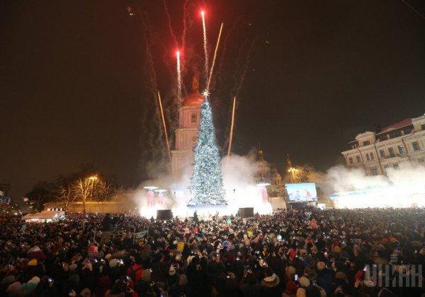 В Киеве зажгли новогоднюю елку