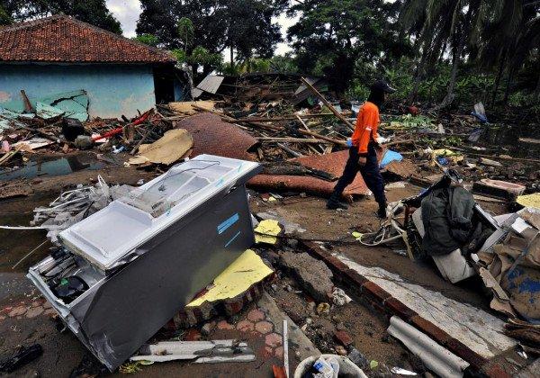 В Индонезии количество жертв цунами достигло 429 человек