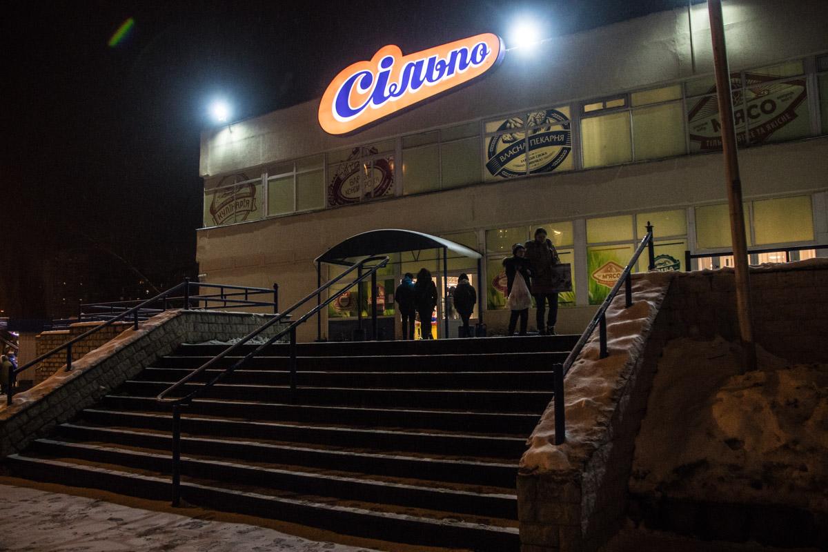 В киевском супермаркете умер мужчина, узнали журналисты