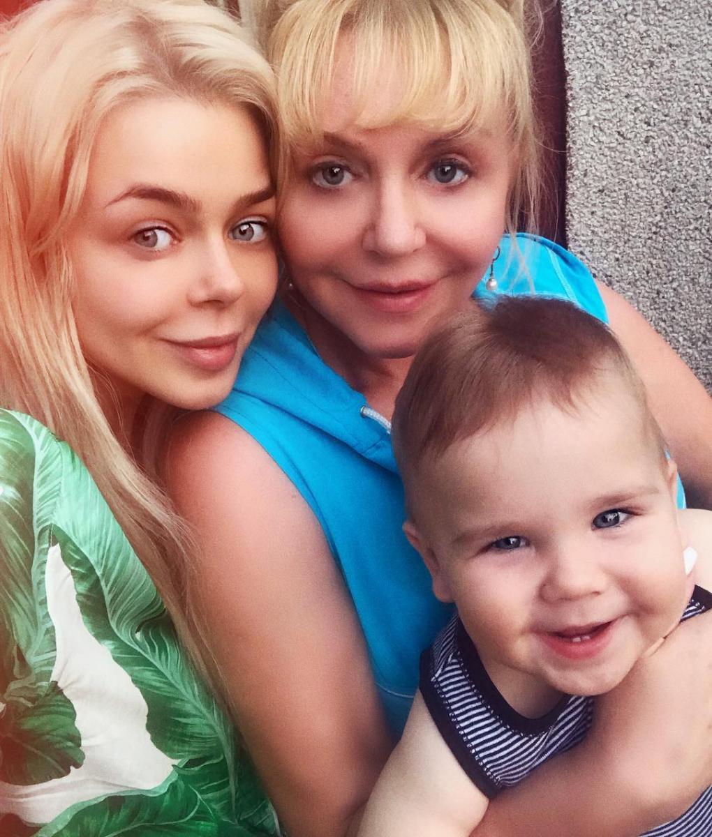 Алина Гросу с мамой и младшим братом