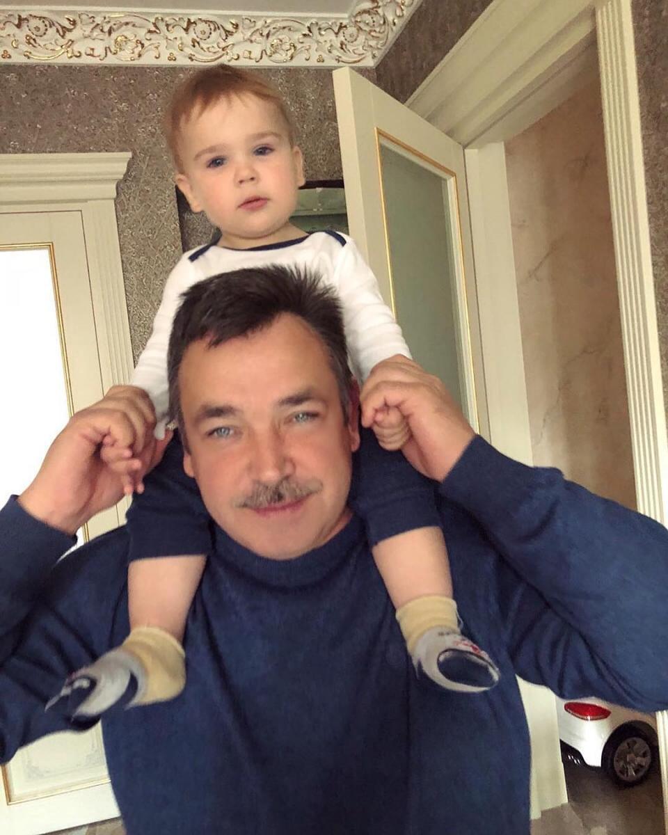 Отец Алины Гросу с ее младшим братом