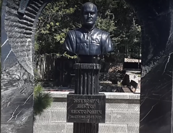 Журналисты выяснили, что в Крыму могилу Виктора Януковича-младшего круглосуточно охраняют