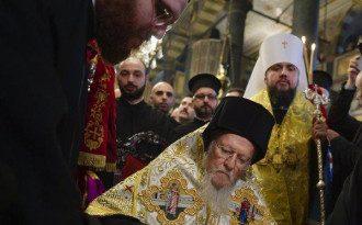 Патриарх Варфоломей подписывает томос / УНИАН