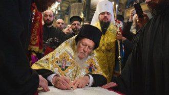 Подписание томоса патриархом Варфоломеем / BBC.com