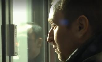 Суд опустил под домашний арест мужчину, который выбросил сына из окна