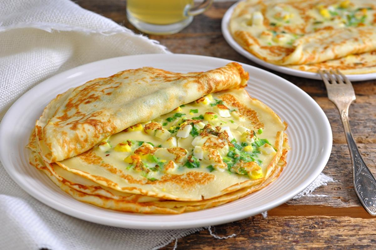 Диетолог сообщила, что человеку за один прием пищи не стоит съедать более двух традиционных блинчиков