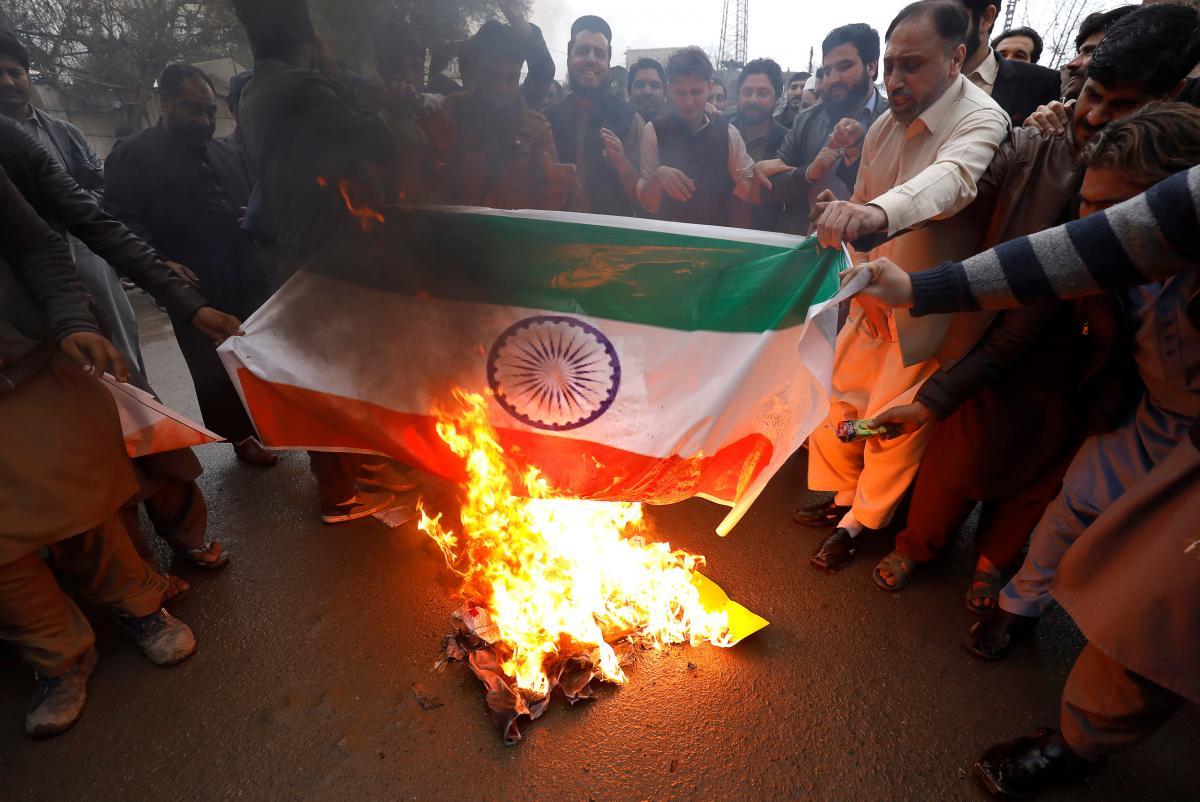 В знак протеста в Пешаваре люди сжигают плакат с изображением флага Индии в знак протеста против нарушения воздушного пространства индийскими военными самолетами.