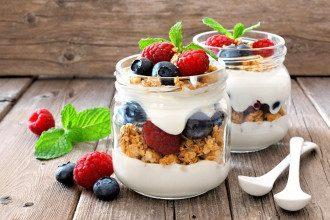 Чи корисний йогурт на ніч і кому він на шкоду