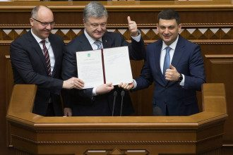 Порошенко подписал изменения в Конституцию о курсе Украины в ЕС и НАТО/ Фейсбук П.Порошенко