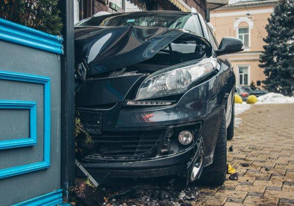 В Киеве иномарка влетела в террасу ресторана