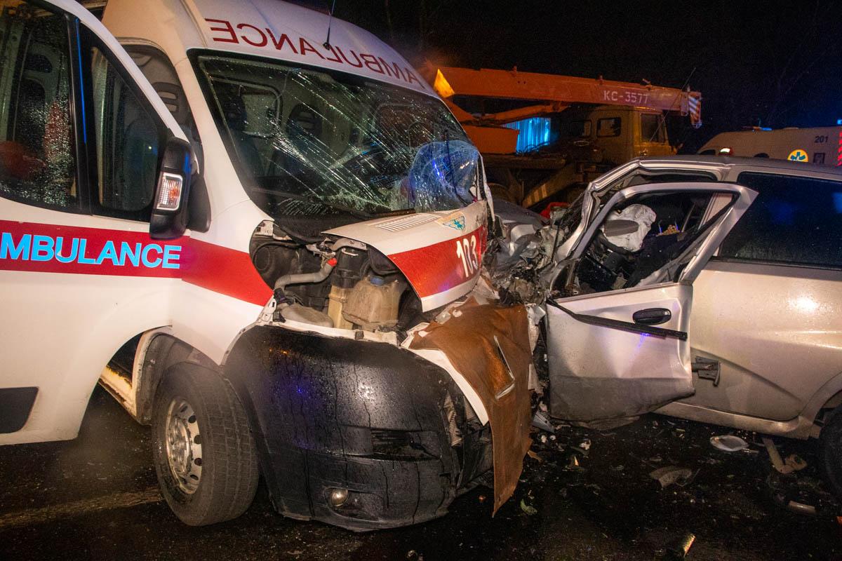 В Киеве столкнулись скорая и легковушка, есть жертвы