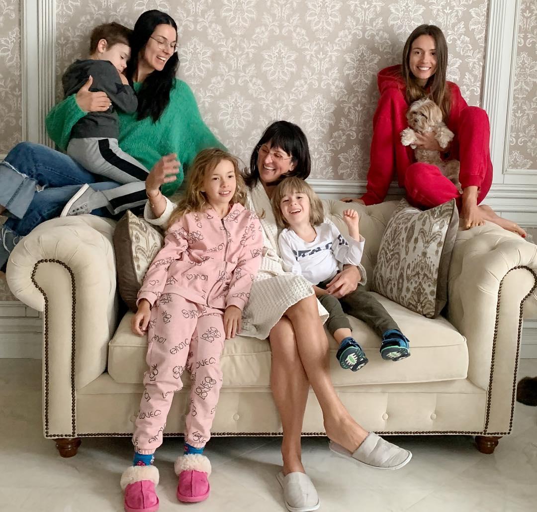 Маша Ефросинина с мамой, сестрой, сыном и племянниками
