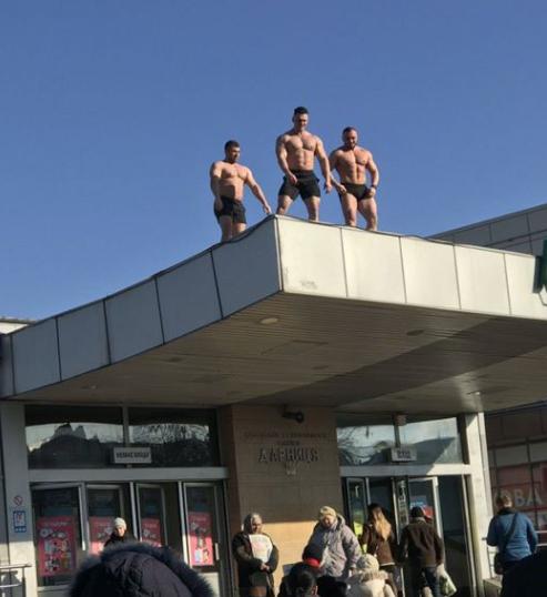 В Киеве возле метро подкаченные мужчины с голым торсом поздравляли женщин с 8 марта