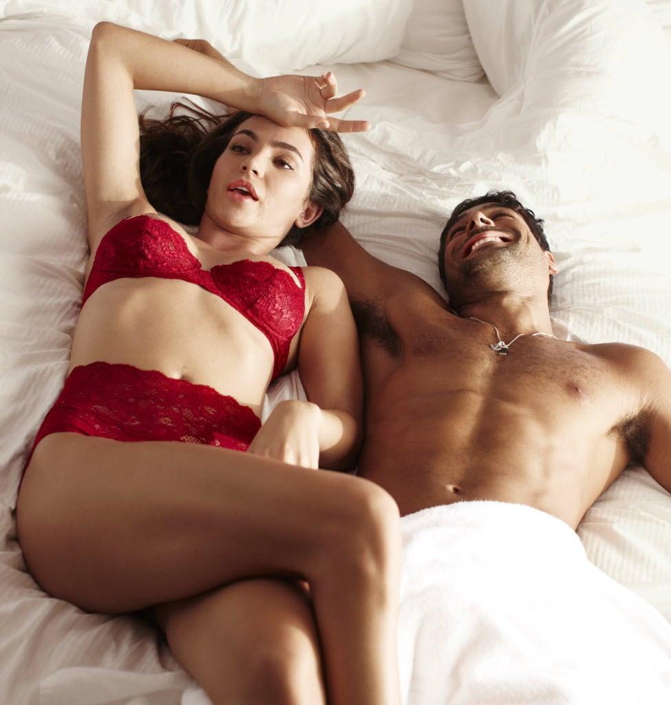 Sharon Lee с удовольствием легла в постель к ласковому другу
