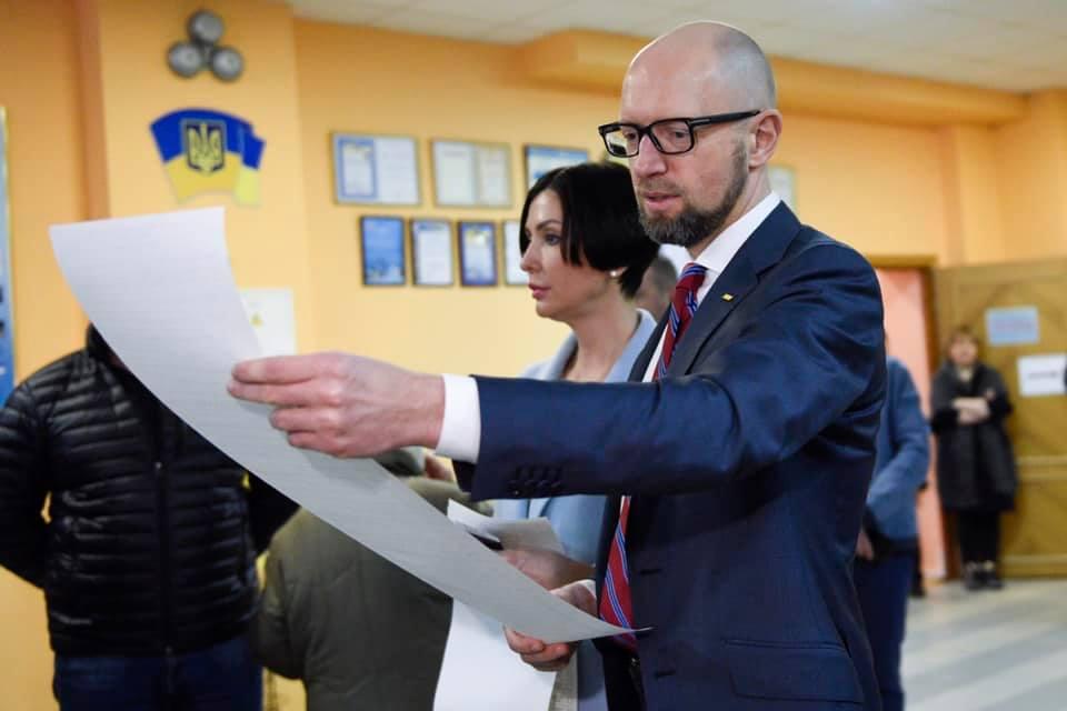 Яценюк голосует с женой