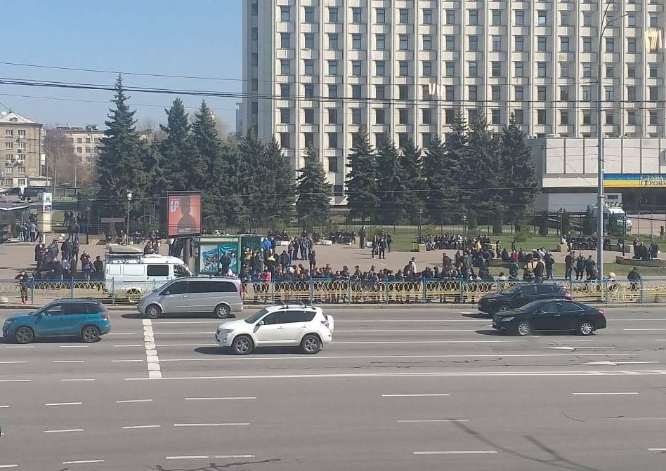 Скопление людей под зданием ЦИК