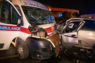 В Киеве не разминулись скорая и легковушка, есть жертвы