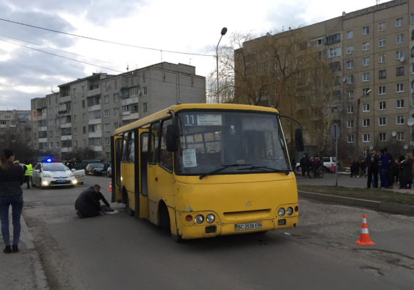 Во Львове маршрутка наехала на школьницу, пострадавшая скончалась