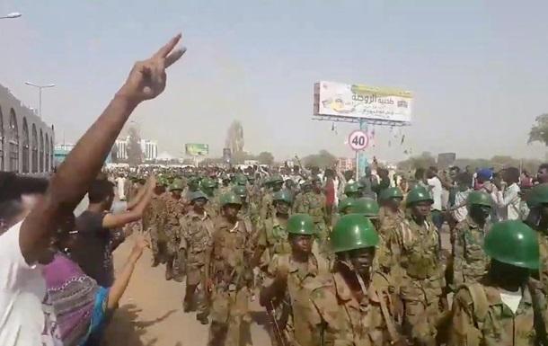 Переворот в Судане: протестующие приветствуют военных на улицах Хартума