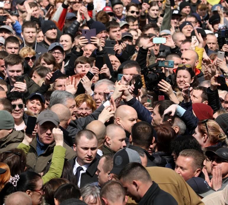 Петр Порошенко в кругу своих сторонников на НСК Олимпийский
