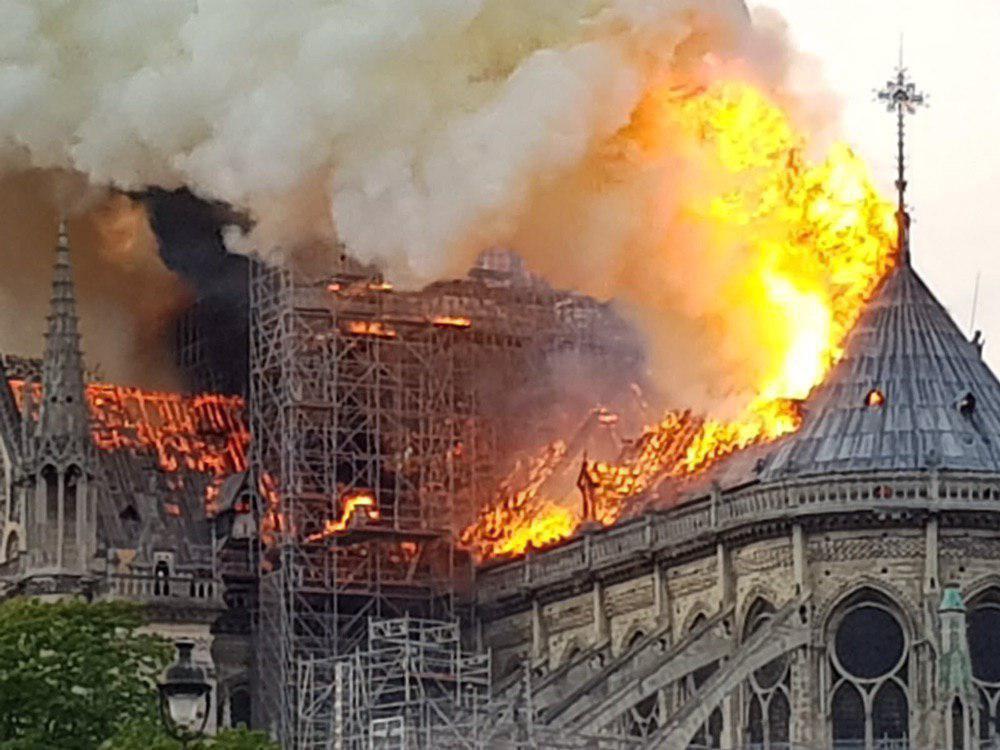 Собор Парижской Богоматери горит