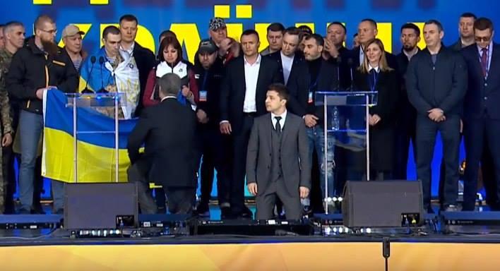 Зеленский и Порошенко стоят на коленях перед украинским народом