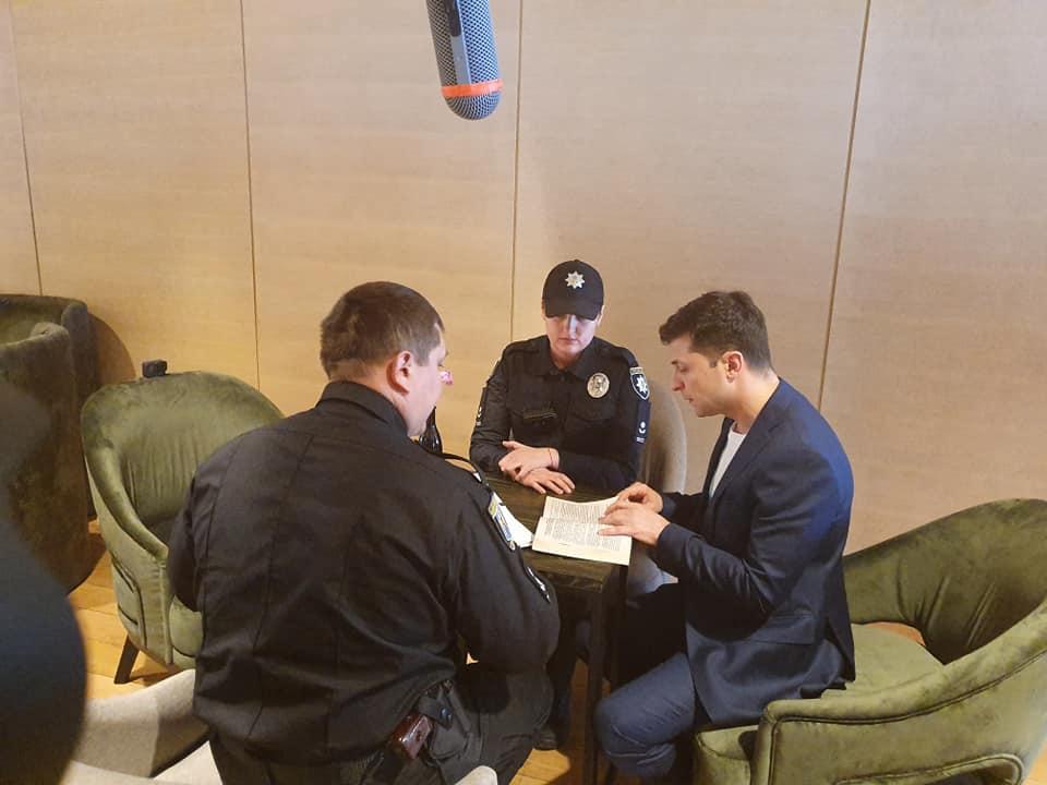 К Владимиру Зеленскому пришла полиция