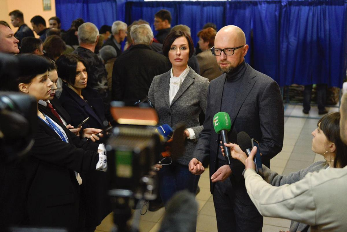Арсений Яценюк с супругой на избирательном участке